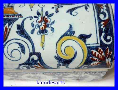SINCENY COFFRET EN FAIENCE A DECOR DE LAMBREQUINS ET DE FLEURS XVIII SIECLE