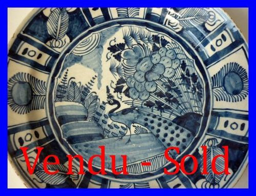 DELFT GRAND PLAT EN FAIENCE XVIII SIECLE paon
