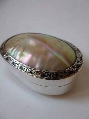 MOTHER OF PEARL AND STERLING SILVER SNUFF BOX  65 grammes