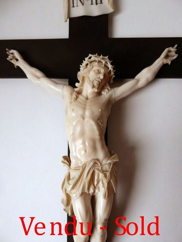 SUPERB IVORY CHRIST CRUCIFIX ON BLACK WOODEN CROSS