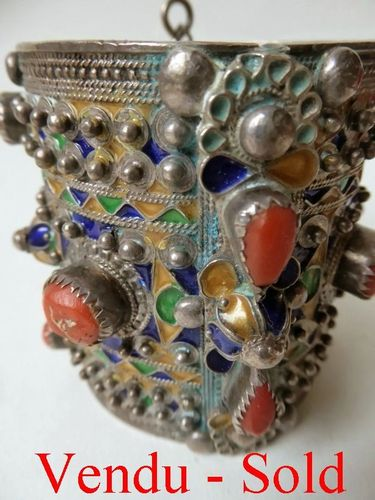 BIG NORTH AFRICAN ALGERIAN AMESLUH ENAMELED SILVER BRACELET WITH CORAL