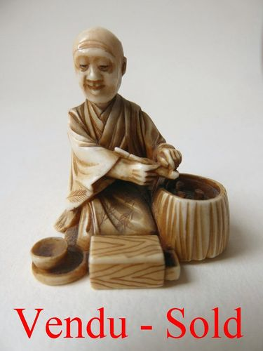 FINE ANTIQUE JAPANESE IVORY NETSUKE worker  Meiji period 1868-1912