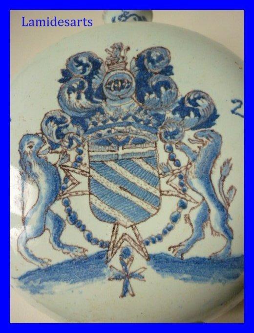 Gourde En Faience De Rouen Armoiries Chevalier 1721