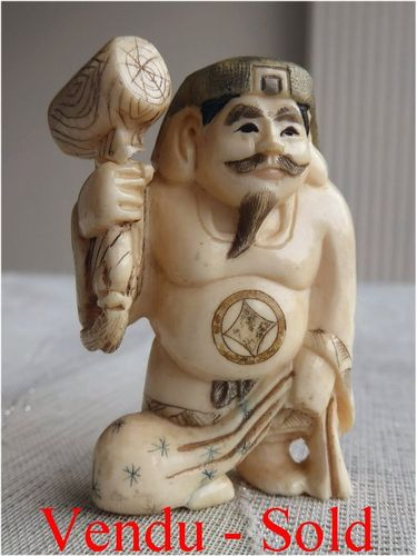 FINE ANTIQUE JAPANESE IVORY NETSUKE MAN  Meiji period  Signed 1900 - 1910