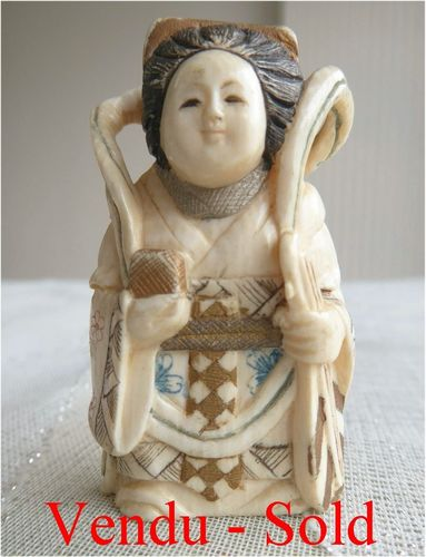 FINE ANTIQUE JAPANESE IVORY NETSUKE WOMAN  Meiji period  Signed 1900 - 1910